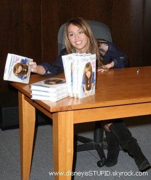 """.  Miley serait - elle une menteuse ? . . Miley Cyrus affirme dans son livre ' Mon chemin ' ou Miles to go etre marthyrisée a l'école. Mais ceci est - ce vraiment vrai ? Miley raconte ; """" J'ai détesté l'école, je ne m'y sentais pas en sécurité """" , """" chaque fois que j'allais aux toilettes ou que je me retrouvais dans un coin, j'avais des ennuis"""", ou encore """"Ils ont commencé l'opération 'faisons la misère à Miley """" Mais un témoignage est venu tout boulverser... Nicole Mullen-Holm, une ancienne camarade de Miley qui déclare a Radar Online ; """" Miley est une menteuse qui tyrannisait les filles et c'était une vraie peste avec tout le monde. Je suis tellement choquée que Destiny, oh, pardon, je veux dire Miley, ait écrit un livre sur le fait qu'elle était une victime à l'école alors que c'était elle la méchante. """" Mais elle va encore plus loin en racontant que Miley était une pom pom girl populaire. En l'ecoutant on pourrait presque dire que Miley était la ' Sharpay Evans ' de son college. C'est vraiment bien loin de sa version. Décidement en ce moment elle s'en prends plein les dents. Il est vrai aussi que dans son livre il y a des photos d'elle en pom pom girls. Esperons que Miley reponde a ce témoignage et vite.. Nicole a - t - elle fais sa pour de l'argent ? Etons vraiment sur que ces une ancienne camarade de Miley ? Si vous avez lu le livre qu'en pensez vous ? Vos avis sur cette affaire très louche ?"""