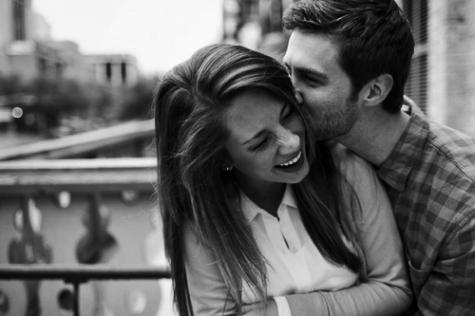Les filles tombent amoureuses de ce qu'elles entendent, les mecs de ce qu'ils voient. C'est pour sa que les filles se maquillent et que les mecs mentent.