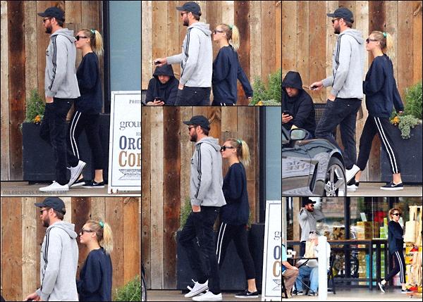 . 10/02/2018 - Miley et Liam Hemsworth ont été vue allant dans une petite épicerie à Malibu, Los Angeles. Nos deux tourtereaux ont été vue main dans la main dans les rues de Malibu. Pour la tenue, c'est un flop. Qu'en pensez-vous ? .