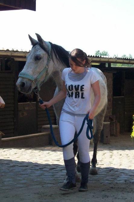 Ah , cette émotion qui m'étreint lorsque je m'approche d'un cheval et que nos regard se croise ! Il renâcle alors je flatte le velours de ses naseau et mon coeur bats .