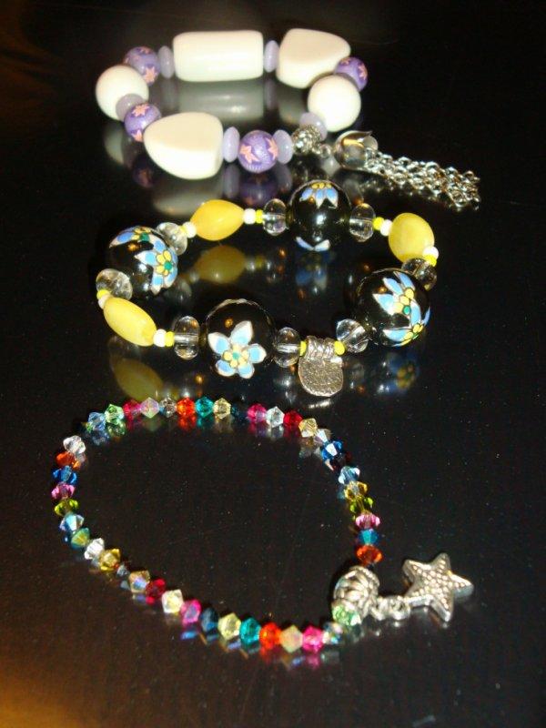 un lot de petits bracelets