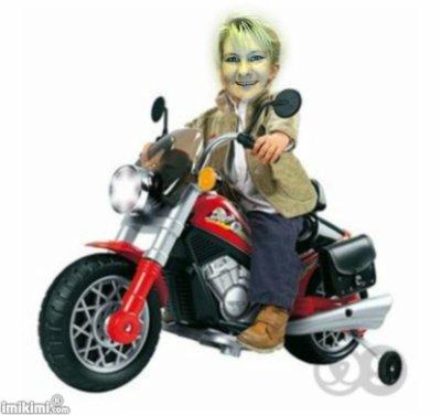hé voila ma fille qui fait de la moto mes deux petits fils et ma femme et ma fille qui font des brin de causettes et moi qui les bénis tous