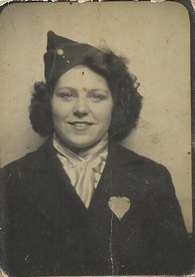 hééé voila c est ma mère a la libération de la guerre de 1945 et elle le porte le bèret d un soldat américain