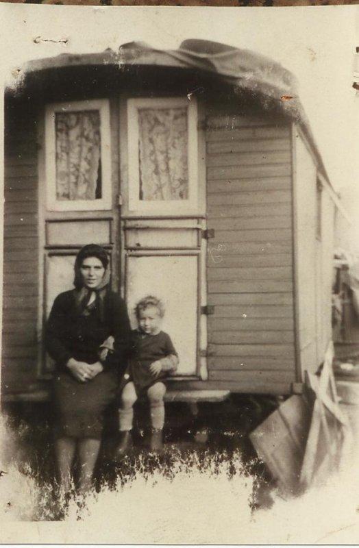 voila une photo avec mère et mon frère ainé ...cette photo a été prise a beho il y a environ 64 ans