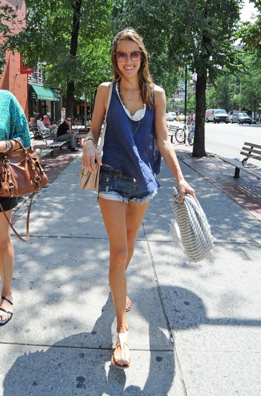 Alessandra est accro aux shorts ! Je trouve que ça lui va bien, ton avis ?