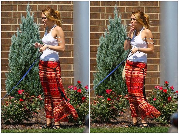 05/08/11  Miley est de retour en Californie ! Elle a été photographiée en compagnie de son chien Floyd à Studio City .   31/07/11  Notre couple préféré se prélassaient à la plage de Orchard Lake. Surpriiiise : MILEY FUME ! Déçu ou pas ?.