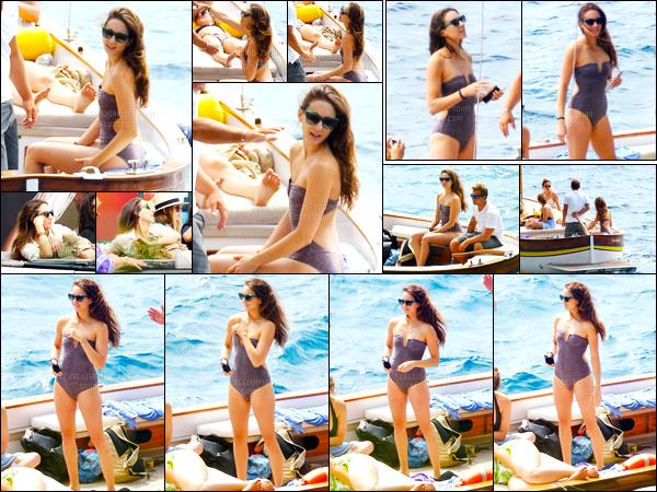 - 09/09/16 - Troian Bellisario a été photographiée alors qu'elle profitait du bateau avec ces amies dans Capri.Après quelques jours de l'enterrement de jeune fille de l'actrice il est temps de repartir... pour continuer le tournage de la fin de la série PLL ! Un top.-