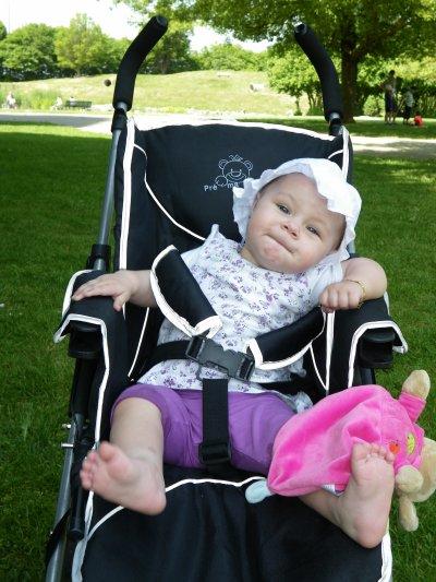 et la madame fait la star dans sa poussette au parc