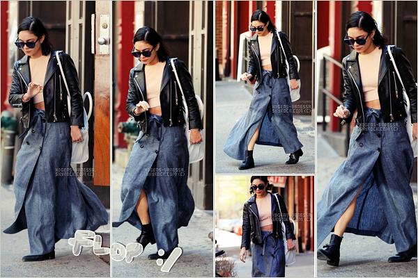 """. • 25 avril 2015 • Quittant son travail à NYC.  Côté tenue , j""""aime bien son haut, sa veste et ces bottes (si elle avait mis un jean) mais j'aime pas du tout sa sorte de jupe. N'hésite pas à donnez ton avis!   ."""