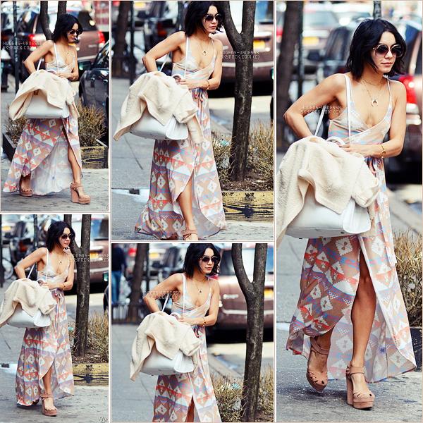 """. • 18 avril 2015 • Quittant son appartement à NYC.  Côté tenue , j""""aime pas vraiment son bas, c'est sa qui me dérrange le plus dans sa tenue. N'hésite pas à donnez ton avis!   ."""