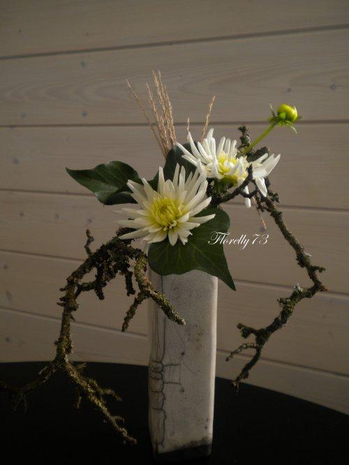 Joli vase et dahlias blancs