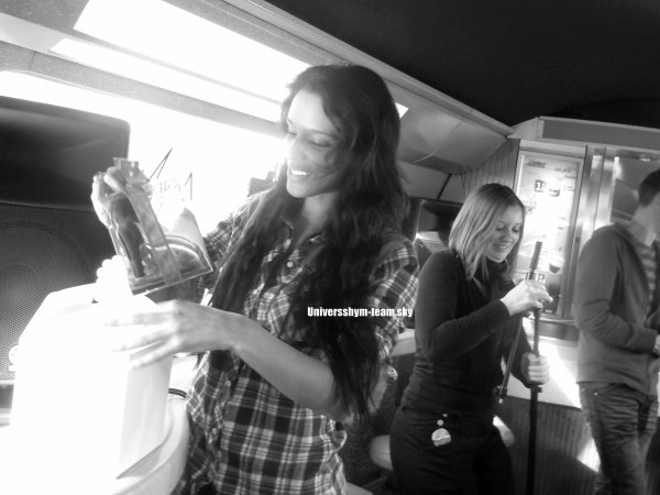 Cet aprém Shy'm  était en showcase dans l'iDTGV entre Paris et Lyon Il sera diffusé dans l'émission Miss VIP On Board le 9 février prochain sur M6 Music Hits :DVincent et Bruno étaient du voyage !!! Voici quelques unes de leurs photos <3