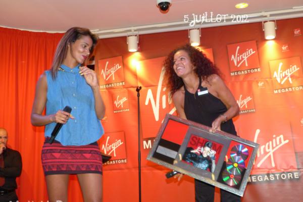 | Photos • Shy'm en séance de dédicace au Virgin Megastore des Champs Elysées • 5 juillet |