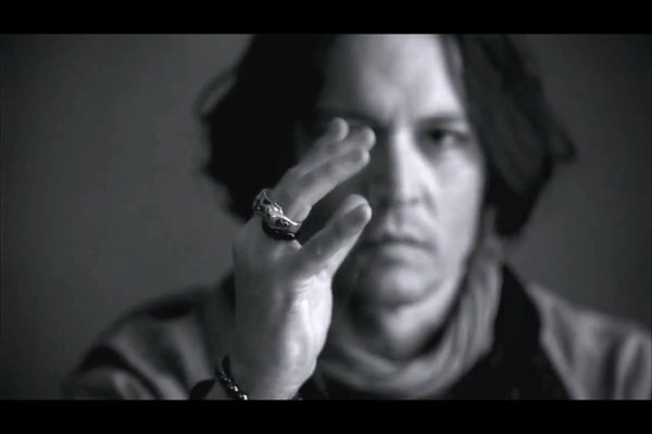 La main de Johnny est juste...