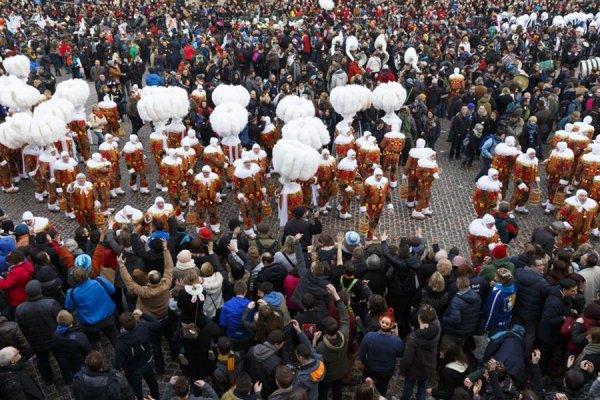 CARNAVAL  Plumes d'autruche et lancers d'oranges au menu du carnaval de Binche