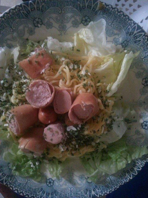 salade avec pâte et saucisse et petite hérbe