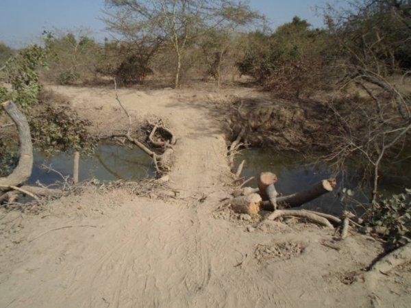 Pont de fortune quelque part au Burkina Faso