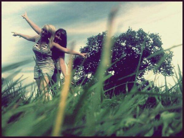 La mieux !  Tu es mon oxygéné , ma joie de vivre ,mon deuxième moi , tu es le genre d'amie qu'on ne peut oublié !