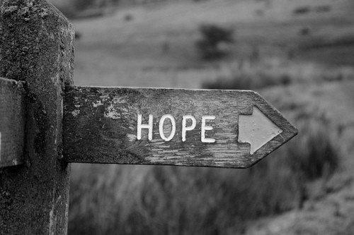 Lorsqu'une porte du bonheur se ferme, une autre s'ouvre ; mais parfois on observe si longtemps celle qui est fermée qu'on ne voit pas celle qui vient de s'ouvrir à nous.