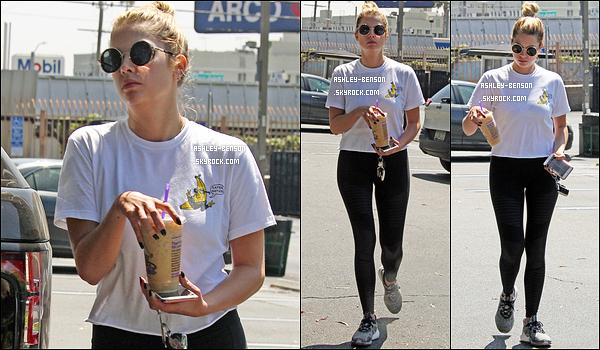 18/08/16 : Notre blondinette préférée a été aperçue se promenant seule dans les rues de West Hollywood. Toujours un café glacé en mains. Concernant la tenue, c'est une de sport donc il n'y a rien à dire là-dessus... Qu'en pensez-vous ?[/font=Arial]
