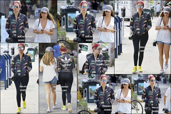 12/09/16 : Notre chère mistinguette a été aperçue en compagnie d'une amie dans les rues de Los Angeles. Je ne peux malheureusement pas donner mon avis sur sa tenue, puisque c'est une tenue de sport. Il manque également un sourire.[/font=Arial]