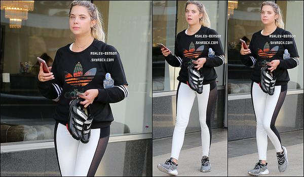 28/09/16 : Notre blondinette préférée a été aperçue se promenant seule dans les rues de West Hollywood. Toujours un café glacé en mains. Concernant la tenue, c'est une de sport donc il n'y a rien à dire là-dessus... Qu'en pensez-vous ?[/font=Arial]