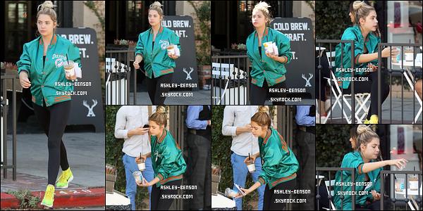 29/09/16 : Ash', accompagnée de ses amiea, a été aperçue quittant le restaurant Catch, dans West Hollywood. Elle semblait beaucoup s'amuser, ce qui est génial. Concernant la tenue, c'est encore et toujours du noir, sauf pour la veste. Hourra ![/font=Arial]