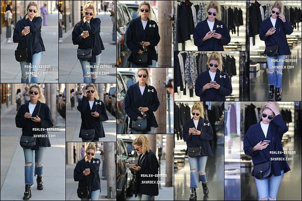 04/10/16 : Baby Benzo a été repérée faisant les magasins et se promenant dans les rues de Beverly Hills. C'est scotchée à son portable que nous la retrouvons. Ah, la technologie, comment s'en passer ? + Je n'aime pas trop son pantalon..[/font=Arial]