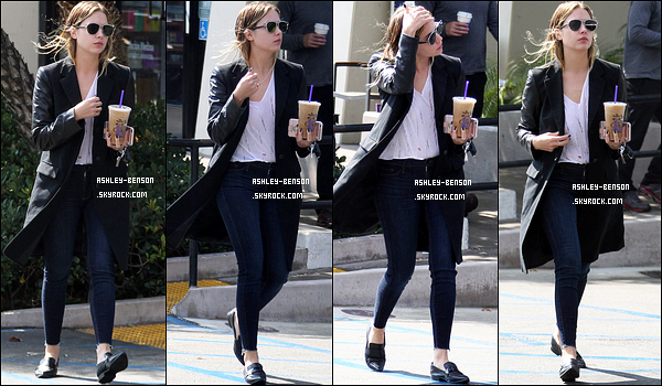 13/10/16 : Notre jolie petite menteuse, aux cheveux mouillés, a été aperçue quittant un café de Los Angeles. Malheureusement pour nous, l'actrice ne décroche pas de sourire face aux paparazzis. Concernant sa tenue, c'est simple, mais efficace.[/font=Arial]