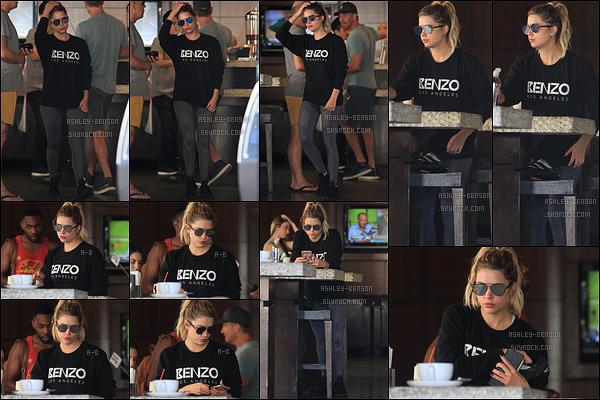 19/10/16 : Notre très chère Benzo a été repérée dans un café situé dans un quartier de West Hollywood. Ashley portait un pull portant son surnom. Sinon, elle porte encore du noir, ça ne change pas de d'habitude malheureusement... [/font=Arial]