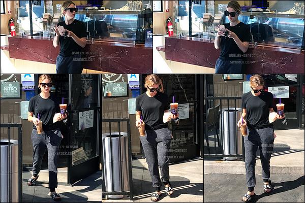 21/10/16 : Ashley Benson, toute vêtue de noir, a été repérée au Coffee Bean dans un quartier de Los Angeles. Elle s'y est achetée son éternelle boisson caféinée qu'elle aime tant. Concernant la tenue, j'aime bien ce qu'elle porte. Vos avis ?[/font=Arial]