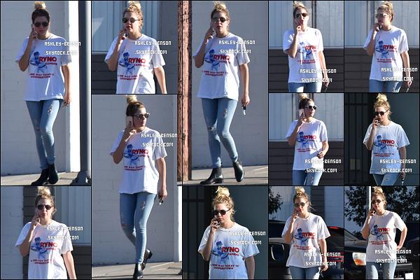22/10/16 : Notre actrice, en pleine conversation téléphonique, a été aperçue alors qu'elle se baladait dans LA. On peut constater sur les photos qu'elle ne semblait pas de bonne humeur face à la présence des paparazzis... Ca peut se comprendre.[/font=Arial]