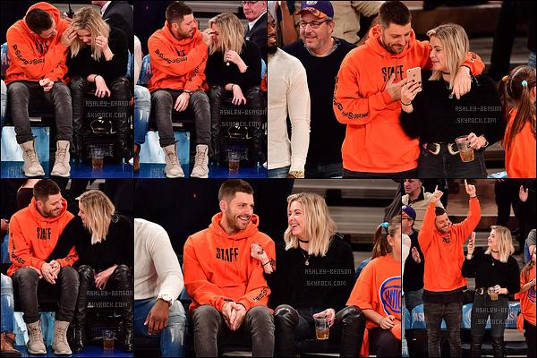 25/11/16 : Ashley et Ryan étaient présents au match de basket organisé sur Madison Square Garden, à NYC. Qu'ils sont mignons ensemble ! Ashley semble vraiment avoir trouvé chaussure à son pied, c'est génial. Quant à sa tenue, c'est un top.[/font=Arial]