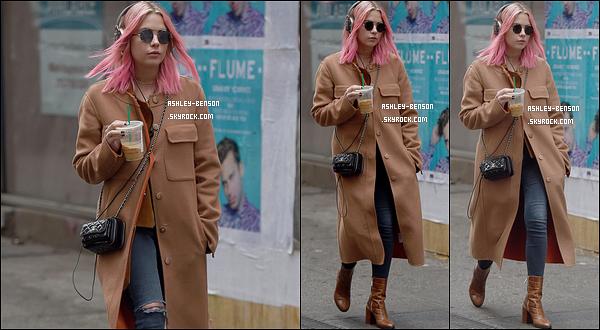 26/12/16 : Benzo, accompagnée de son casque et son café glacé, a été aperçue dans les rues de New York City. J'aime énormément la tenue qu'elle porte, surtout son manteau. De plus, sa nouvelle couleur de cheveux lui va à ravir. Un top pour elle ![/font=Arial]