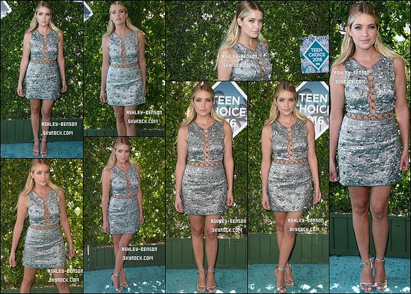 31/07/16 : Ash' s'est rendue à la fameuse cérémonie des Teen Choice Awards qui s'est tenue à Los Angeles. L'actrice portait une robe grise pailletée qui lui allait très bien Elle en montrait sans trop en faire. Je lui accorde donc un beau top ![/font=Arial]