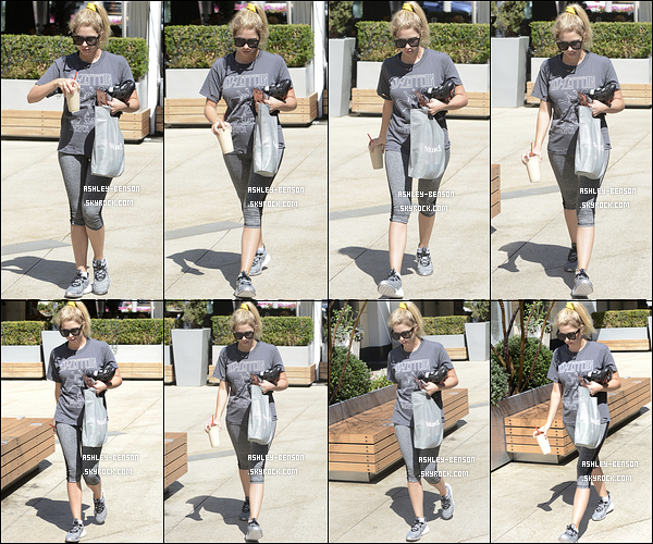 27/07/16 : Ashley adorée a été photographiée se promenant seule dans les rues de West Hollywood. Elle sortait de son cours de sport. Concernant la tenue, c'est une de sport, mais pas noir pour une fois ! Qu'en pensez-vous ?[/font=Arial]