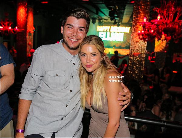 23/07/16 : Miss Ashley Benson s'est rendue à la fête d'anniversaire d'Elijah, qui s'est déroulée à Las Vegas. Elijah étant son cousin et fêtant son 21ème anniversaire. Il n'y a malheureusement qu'une seule photo de disponible. Bon anniv' à lui ![/font=Arial]