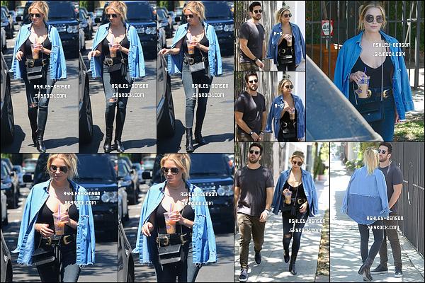 19/07/16 : La miss a été photographiée en train de se promener avec un ami dans les rues de West Hollywood. C'est toute souriante que nous la retrouvons. Que ça fait plaisir ! Concernant la tenue, j'adore même si c'est encore du noir. Tu aimes?[/font=Arial]