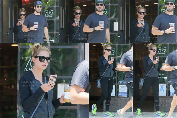 13/07/16 : Ashley Victoria Benson, accompagnée d'un ami, a été aperçue quittant un café de West Hollywood. C'est donc tout naturellement qu'ils ont été acheter un café glacé après leur séance de sport. Mais Ash, décroche de ton portable ![/font=Arial]