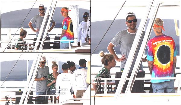 04/07/16 : Ashley, son copain Ryan et Justin Bieber ont été aperçus profitant du soleil sur un yacht, à Miami. A en juger par les photos, ils passaient du bon temps. On aimerait être à leur place, n'est-ce pas ? Profite à fond ma Ashley adorée ![/font=Arial]