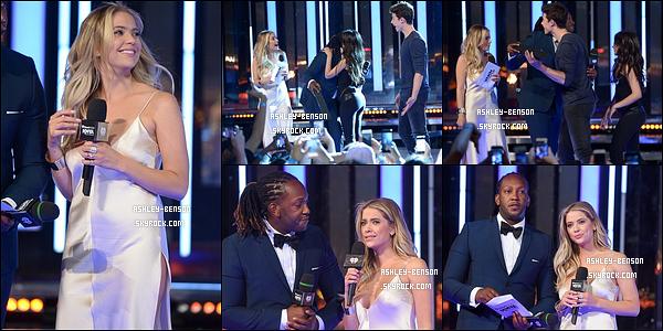 19/06/16 : Miss Ashley s'est rendue à la cérémonie des MuchMusic Video Awards qui s'est déroulée à Toronto. Elle a rapidement été rejointe par sa co-star et amie, Shay Mitchell. Concernant Ashley, elle est sublime dans cette robe rose ! Un top.[/font=Arial]