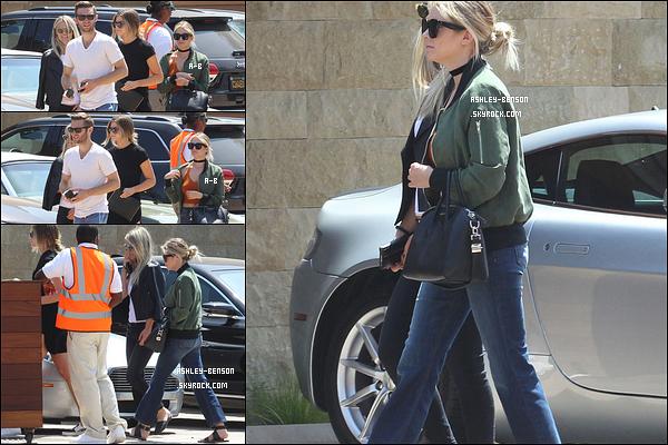 29/05/16 : Miss Ash et quelques amis ont été vus arrivant à un restaurant afin d'y déjeuner, dans Malibu. Par miracle, l'actrice ne porte pas de noir. Ca fait vraiment du bien aux yeux ! Espérons que ça continue de la sorte, n'est-ce pas ?[/font=Arial]