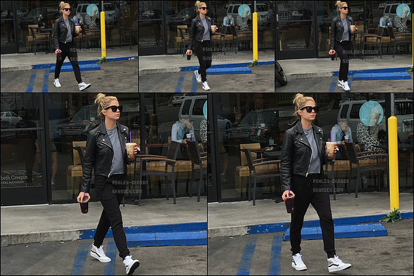 25/05/16 : Ashley Benson, toute vêtue de noir, a été repérée au Coffee Bean dans un quartier de Los Angeles. Elle s'y est achetée son éternelle boisson caféinée qu'elle aime tant. Concernant la tenue, j'aime ce qu'elle porte. Qu'en pensez-vous ?[/font=Arial]