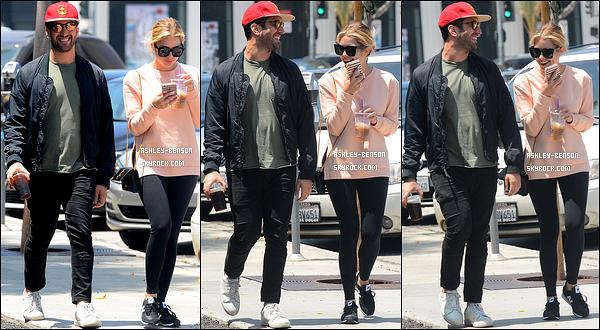 13/05/16 : Ashley Benson, accompagnée d'un ami, a été aperçue se baladant dans les rues de Los Angeles. Elle semblait passer du bon temps, ce qui est génial. Concernant la tenue, il y a enfin une touche de couleur avec son sweat rose.[/font=Arial]