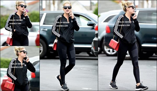 06/05/16 : Miss Ashley a été photographiée par les paparazzis alors qu'elle se promenait dans Los Angeles. Tenue sportive pour l'actrice, puisqu'elle porte un legging et une veste Adidas. Et on a même le droit à un sourire. Un petit top ![/font=Arial]