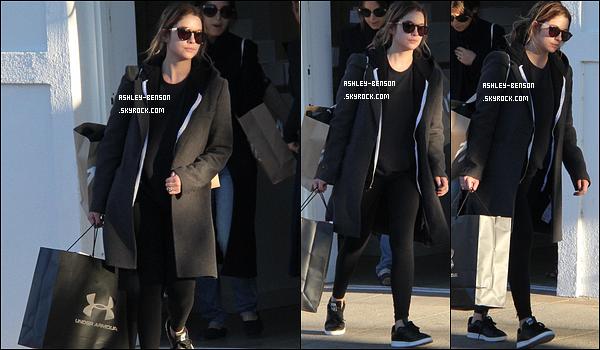 22/04/16 : Miss Benson a été repérée par les paparazzis alors qu'elle faisait du shopping, à Los Angeles. On peut voir que la belle a fait des folies. Concernant la tenue, il n'y a rien de surprenant. Elle continue dans son style habituel.[/font=Arial]