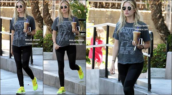 19/04/16 : Ash Benson a été photographiée par les paparazzis alors qu'elle quittait un café, à Los Angeles. Encore une tenue sportive pour l'actrice. Décidément, elle les enchaîne. Mais elle a dû se rendre à une séance de sport avant. Avis ?[/font=Arial]