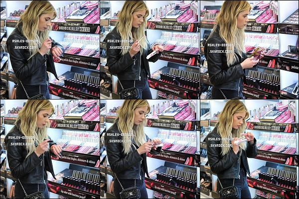09/03/16 : Ash a été aperçue dans une boutique de cosmétique afin de tester certains produits, à Los Angeles. On ne voit pas entièrement sa tenue, cependant, j'adore cette sortie. Allez savoir pourquoi. Au top notre Benson ! Et vous, quel avis ?[/font=Arial]