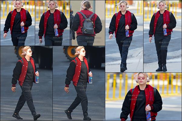 26/01/17 : Miss Benson a été aperçue dans les rues de New York City, après avoir été faire sa séance de sport. Je ne comprends pas... Pourquoi Ashley porte une tenue qui la fait doubler de volume ? Donc un énorme flop que je donne à l'actrice.[/font=Arial]