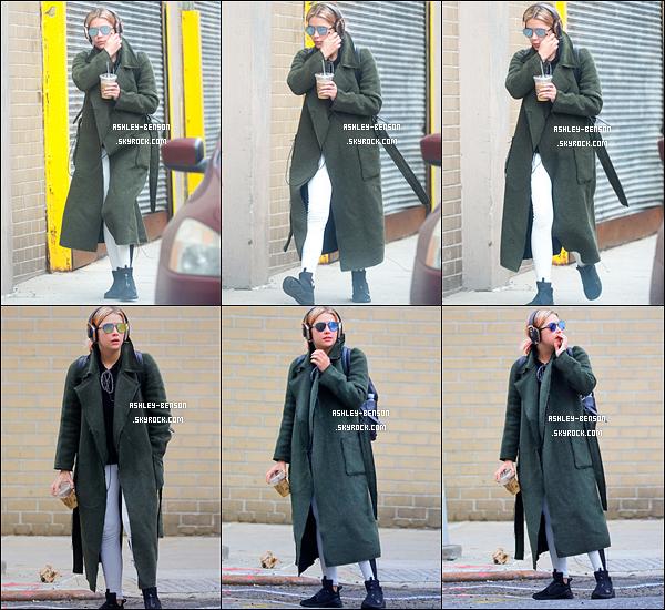 23/01/17 : Miss Benson a été aperçue dans les rues de New York City, après avoir été faire sa séance de sport. Comme vous pouvez le constater, Ashley porte un manteau vert. Eh non, vous ne rêve pas ! Mais sinon, je n'ai pas d'avis sur le reste.[/font=Arial]